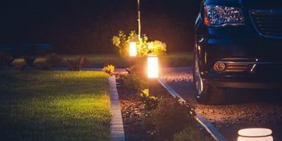 Komischer Lärm in der Nacht: Er schaut unter sein Auto und die Taschenlampe fällt ihm aus der Hand