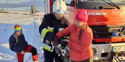 Straż OSP Jabłonka z uratowanym kotem