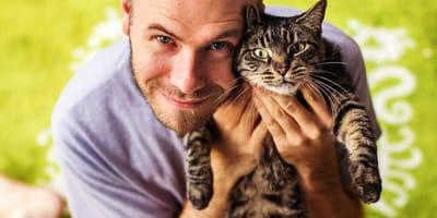 ragazzo-abbraccia-gatto