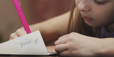 bambina-scrive-una-lettera