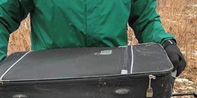 Kanadyjscy biegacze trafiają na porzuconą walizkę. To, co jest w środku mrozi krew w żyłach