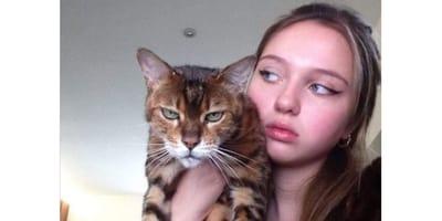Kot_na_rekach_mlodej_dziewczyny