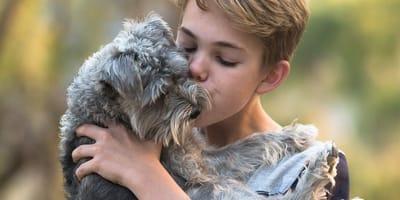 ragazzo abbraccia cane