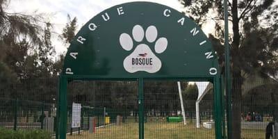 entrada del parque canino en el bosque de aragon