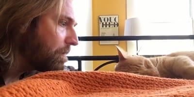 """""""Zemsta"""" tego opiekuna na kocie, który budzi go codziennie nad ranem, rozbawi Was do łez! (VIDEO)"""