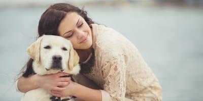 cane-con-donna-che-lo-abbraccia