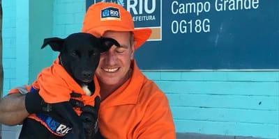 perrito rescatado en las olimpiadas sale a barrer con su dueño