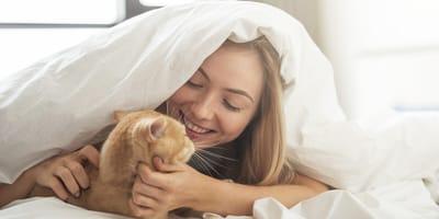 gatto-e-padrona-sotto-le-lenzuola