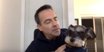 uomo-con-un-cane-in-braccio