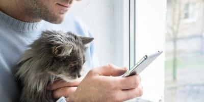 uomo-con-telefono-e-gatto