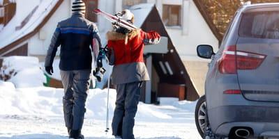 narciarze koło auta