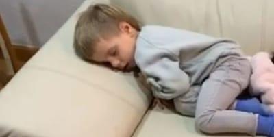 bambino-dorme-sul-divano