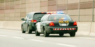 Policjanci zatrzymują pędzący samochód. Kiedy widzą kim jest kierowca, są w szoku!