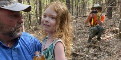 Ruda dziewczynka w ramionach wolontariusza