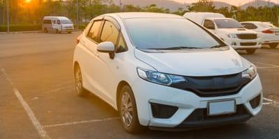 macchina-bianca-parcheggiata