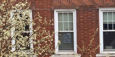 Napis w oknie kamienicy
