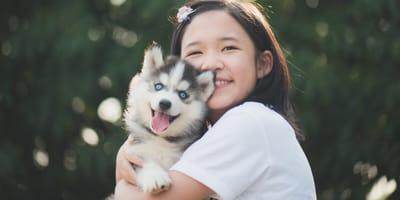 bambina-cinese-sorridente-con-cagnolino