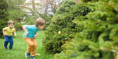 bambini-durante-la-caccia-alle-uova-di-pasqua