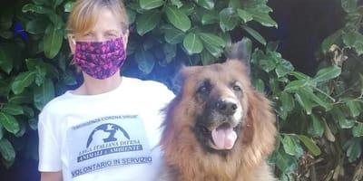 Volontaria con un cane