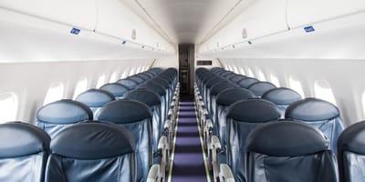 Asientos vacíos en un avión