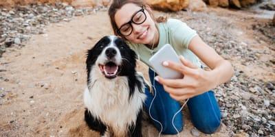 ragazza-scatta-foto-con-il-cane