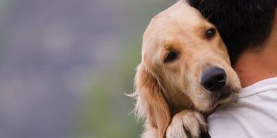 Mann mit Hund im Arm