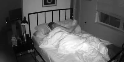 mężczyzna śpi w pokoju