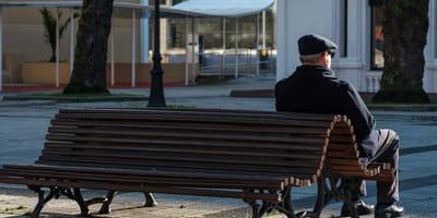 uomo-anziano-seduto-su-una-panchina