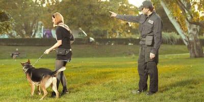 poliziotto caccia cane e padrona