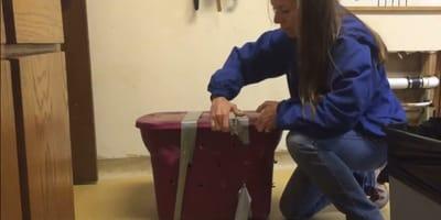 mujer abriendo caja