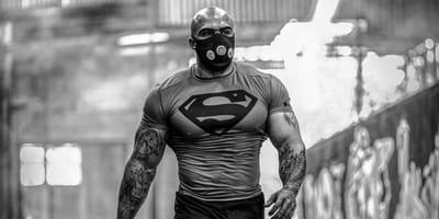Muskularny mężczyzna.