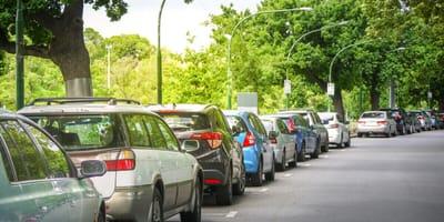 Auto in sosta per giorni: quando guarda dentro corre a chiedere aiuto