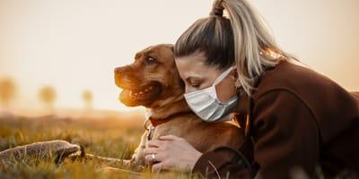 mujer con mascarilla y perro