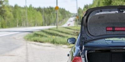 Auto mit geöffneter Kofferaumklappe