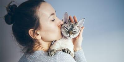 donna bacia un gatto