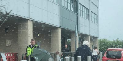 agente-con-ombrello