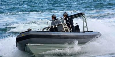 rescata la armada de chile un perro en el océano