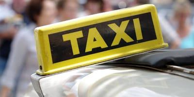 Taxista nota que su pasajero olvidó una caja: cuando la abre se niega a creer lo que ve