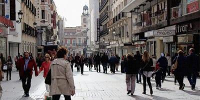 gente andando por madrid