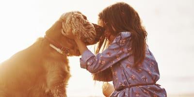 Mädchen mit Hund vor Sonnenuntergang