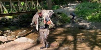 ranger con cane in spalla