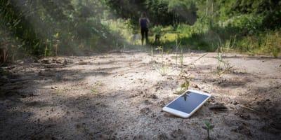 Ein verlorenes Handy liegt auf dem Boden