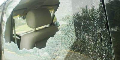 Eine zerschlagene Autoscheibe.