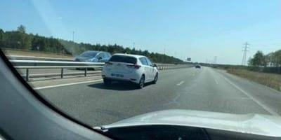 In autostrada, qualcuno lancia qualcosa fuori dal finestrino