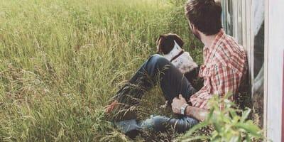 cane e padrone nell'erba