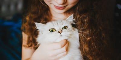 niña gato blanco