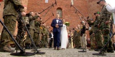 Szpaler gości weselnych z wykrywaczami metalu