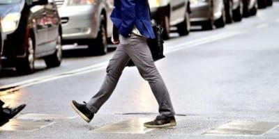 Mężczyzna przechodzi przez ulicę
