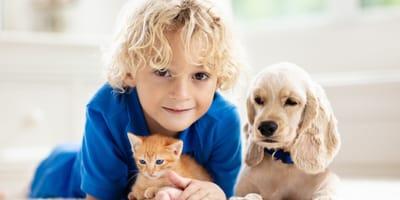 bambino con gatto e cane