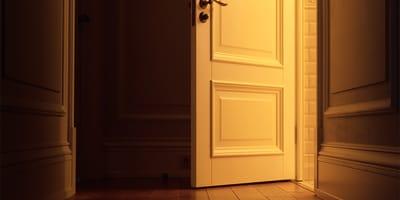 porta aperta di un palazzo